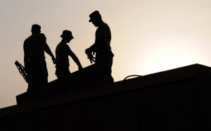 toitures employes - workers-construction-site-hardhats-38293